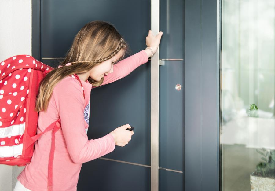 Child opens Nuki Smartlock with a Nuki fob